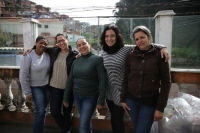 Jéssica e Liz, da PAR, com algumas artesãs do Cardume de Mães, no Campo Limpo, na periferia de São Paulo.