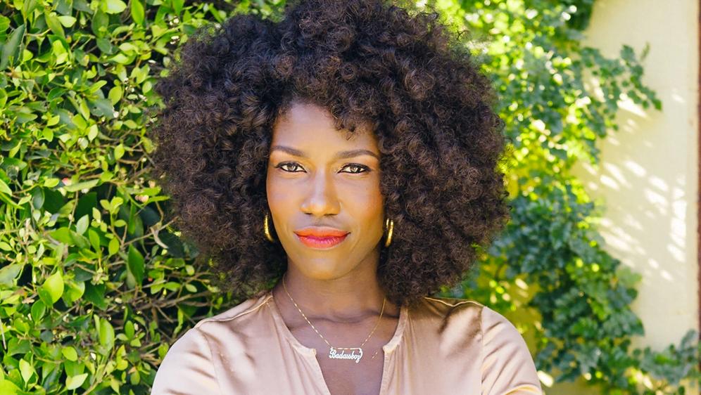 São raras as mulheres negras, como Bozoma Saint John na Uber, em cargos de comando. O Feminismo Interseccional busca mudar essa realidade.