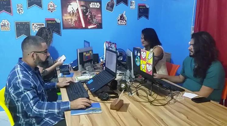 A TudoNosso funciona em uma sala comercial em Nova Iguaçu (RJ) e, além dos serviços de marketing, oferece workshops de comunicação para pequenos empreendeores.