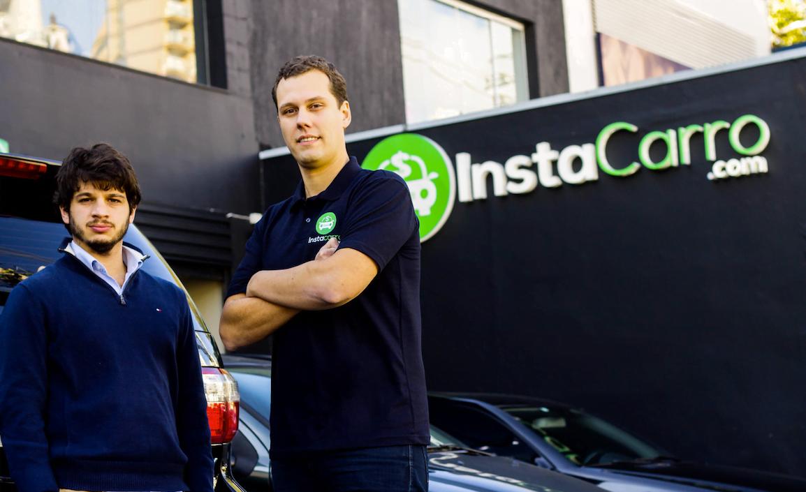 Diego e Luca na frente de uma das lojas da InstaCarro: leilão e carro vendido em apenas 1 hora.
