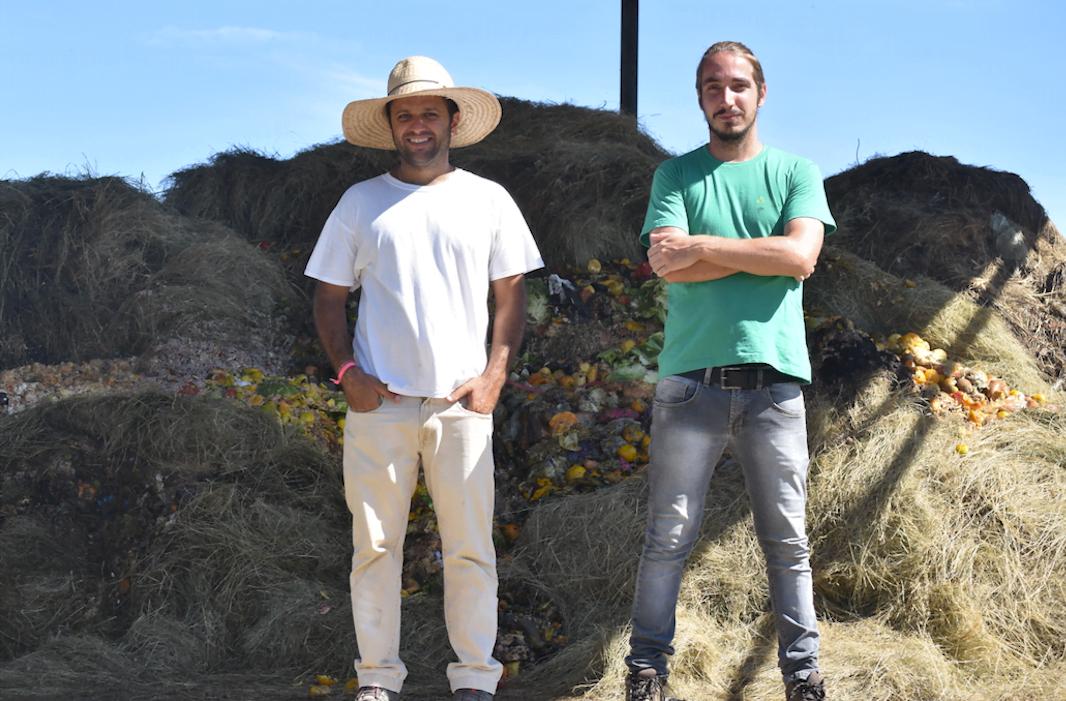 Márcio Santos e Marcos Rangel conduzem a VideVerde, transformando toneladas de resíduos em adubo para venda e para a produção própria de coco verde orgânico (foto: Nátaly de Sousa).