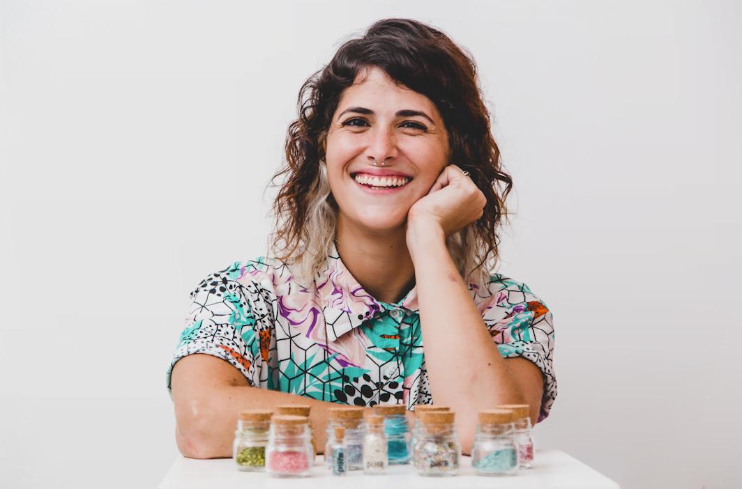 Frances Sansão conta como é produzir glitter biodegradável na cozinha de casa.