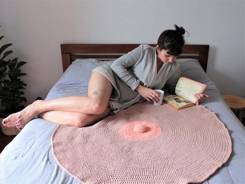 Técnicas tradicionais e design feminista são os principais diferenciais dos bordados do Clube. Sim, ela está sobre um gigantesco mamilo.