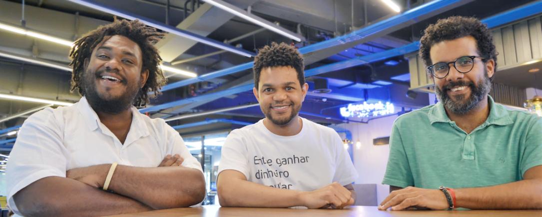 Carlos Humberto, Antonio Luz e André Ribeiros, da Diáspora Black, na Estação Hack, em São Paulo.