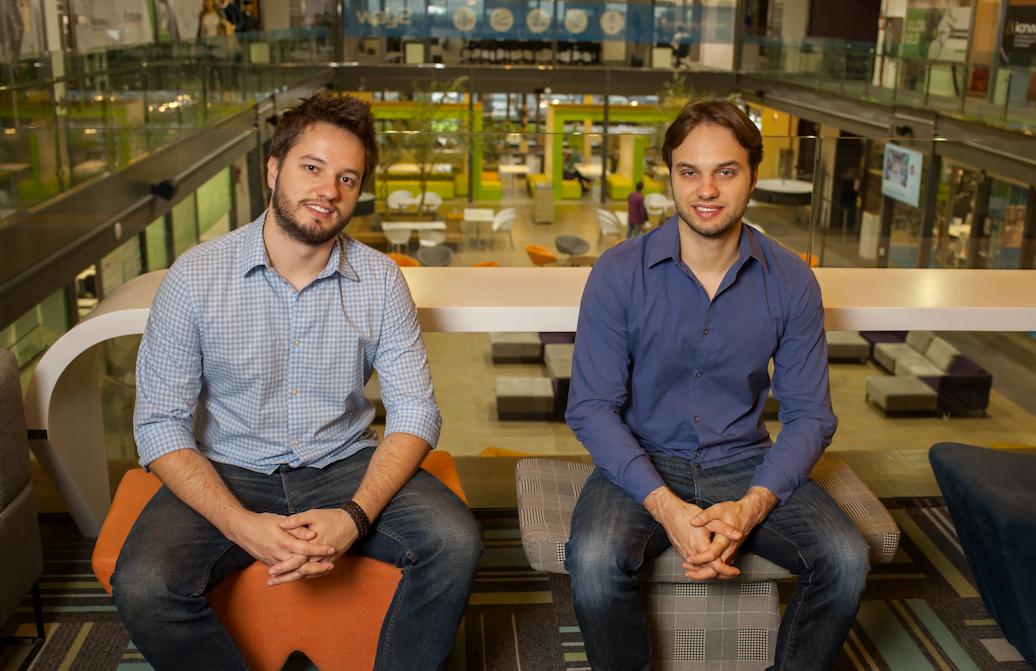 Os irmãos Mateus (esq.) e João Paulo Bodanese,foram os primeiros a trazer para o Brasil um sistema eletrônico de self-service de chope com a myTapp.