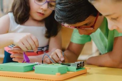 A MakePi faz esses tablets coloridos, que são um convite às crianças para o mundo do hardware.