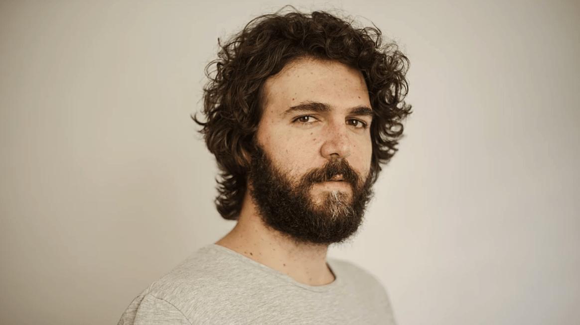 Felipe Bond revisita sua trajetória e compartilha as desilusões e aprendizados que o levaram a se encontrar como ator, diretor, roteirista e produtor de cinema e TV.