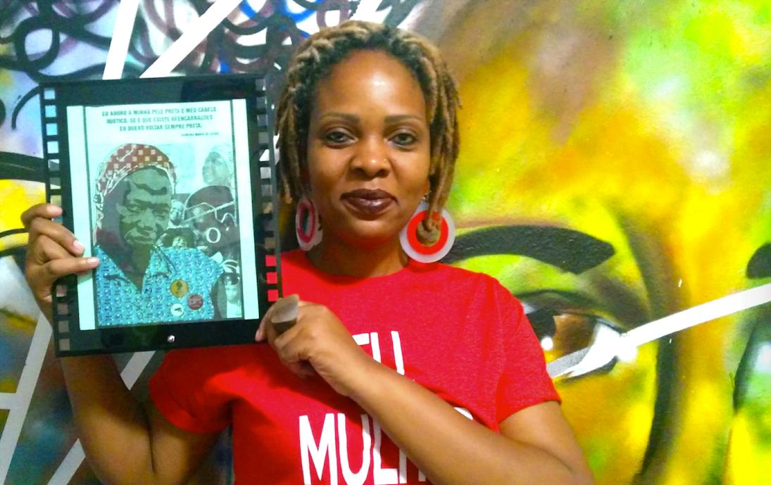 Eu, mulher negra, resisto, diz a camiseta de Ketty Valêncio, fundadora da Livraria Africanidades (Foto: Camila Honorato).