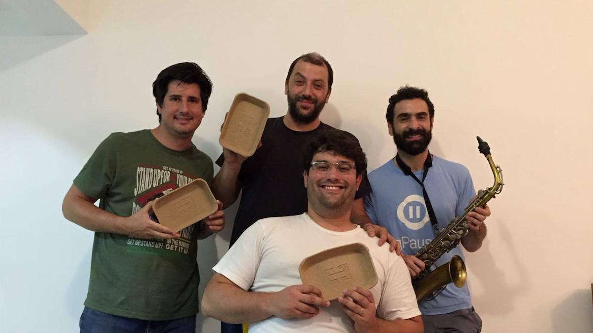 Os sócios da Tamoios Tecnologia são Patrick, Rafael, Ivan e Pablo. (O produto são as bandejinhas e não o saxofone...)