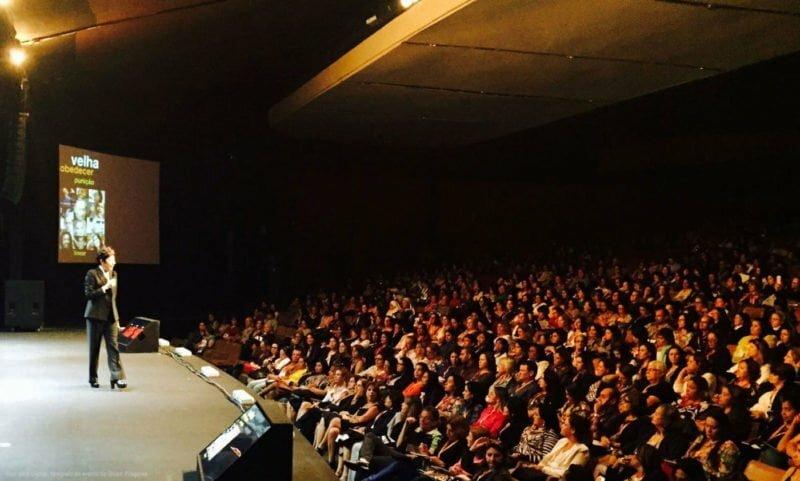 No palco: Beia deu quase 40 palestras no ano passado. Em pauta: choque de gerações, inovação, a nova sociedade.