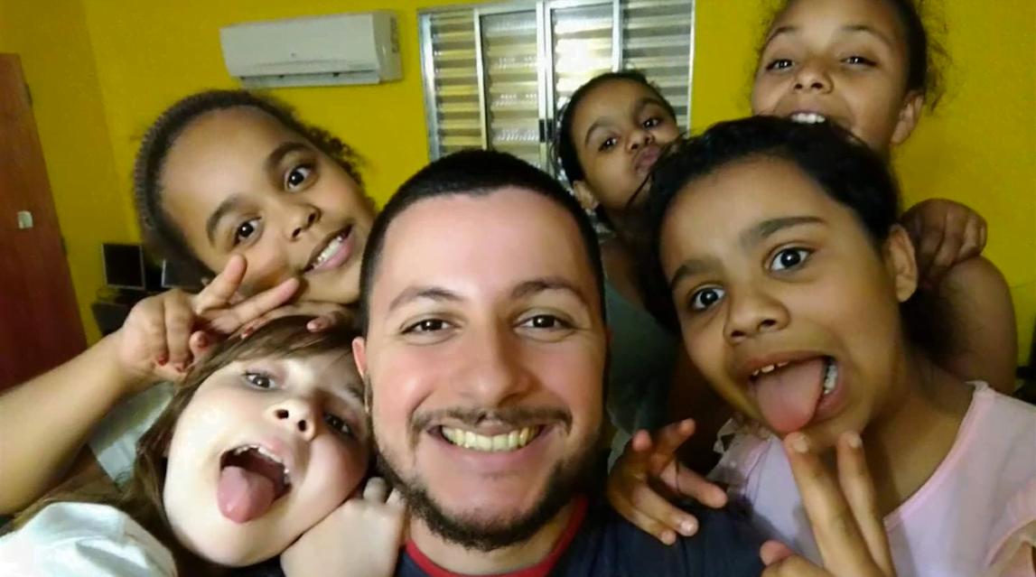 Arthur, criador do Jovem Hacker, cercado de alunos de Paraisópolis: programação na e para a periferia.