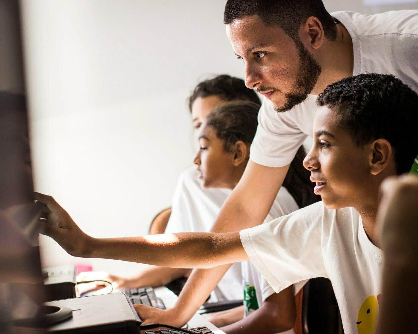 Com o Jovens Hackers, Arthur busca formar nas periferias profissionais de programação. (Foto: Laio Rocha/Projeto Arrastão)