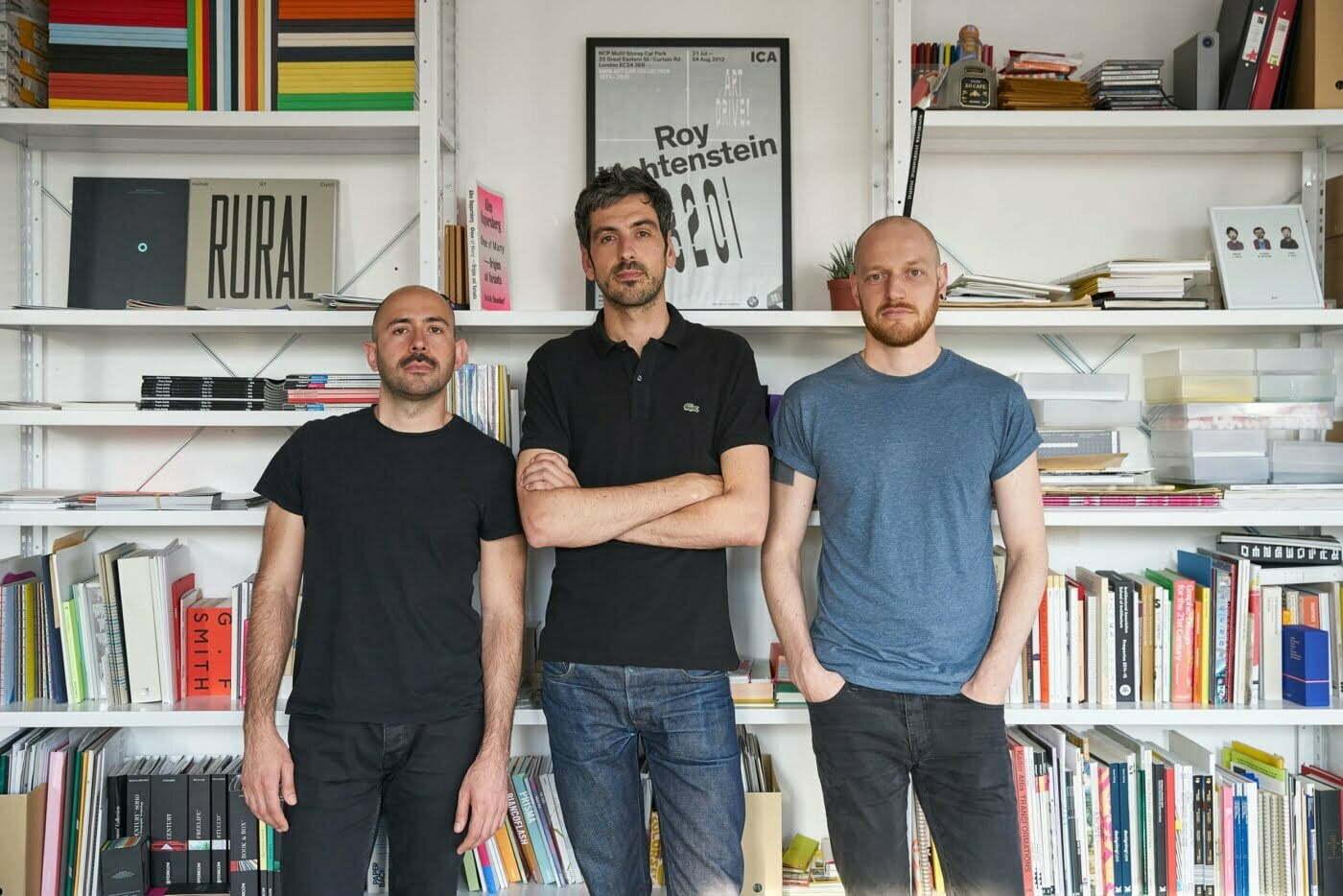 Hugo é o terceiro da foto, de camiseta azul clara. À esquerda está Valerio e, no meio, Erwan. Os sócios do estúdio Julia se conheceram no mestrado e decidiram empreender juntos.