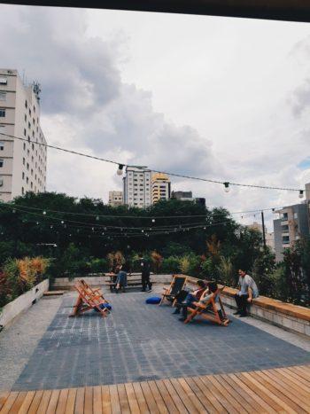 Convidados a interferir no projeto arquitetônico, os funcionários da Questto pediram terraço e chuverão. Rolou.