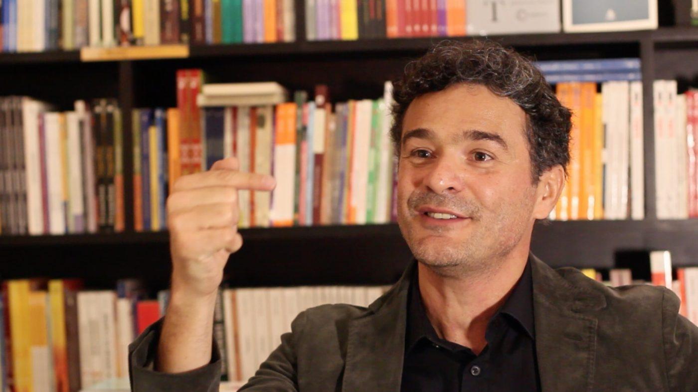 """Charles Bezerra acredita que as organizações dariam um grande passo se acabassem com as divisões por departamentos e tentassem """"enxergar o todo"""" (foto: Osmar Portilho)."""