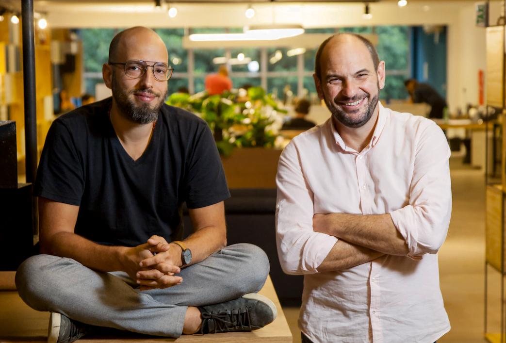Os sócios da Questtonó, Leonardo e Levi, no novo prédio (Foto: Luís Simione).