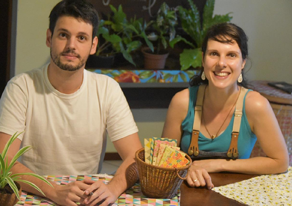 Depois de um intercâmbio na Austrália, onde descobriram o material que conserva os alimentos, Lucas Costa e Carla Viero trouxeram na bagagem a ideia de reproduzir a proposta em solo brasileiro.