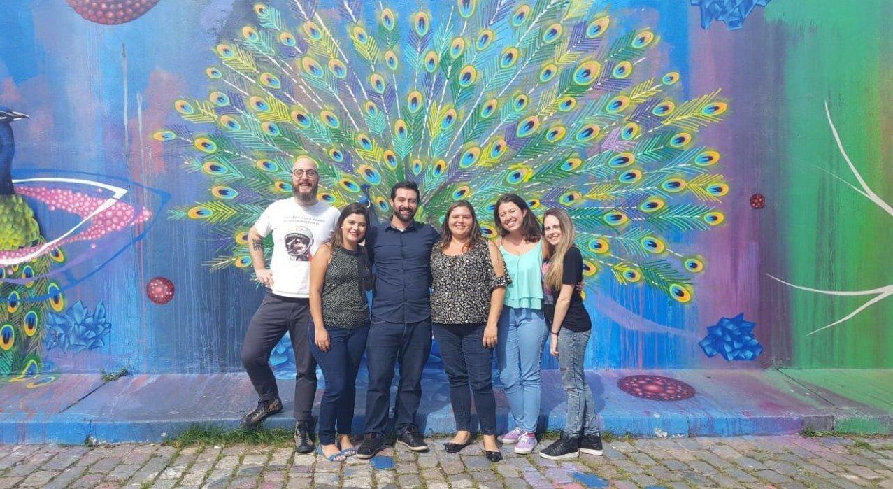 A equipe da Change.org Brasil (da esq. para a dir.): Lucas, Taiana Almeida (programa de doações), Rafael, Livia Camargo (criadora de uma petição), Yahisbel Adames (coordenadora de campanhas) e Larissa Pinho (social media).