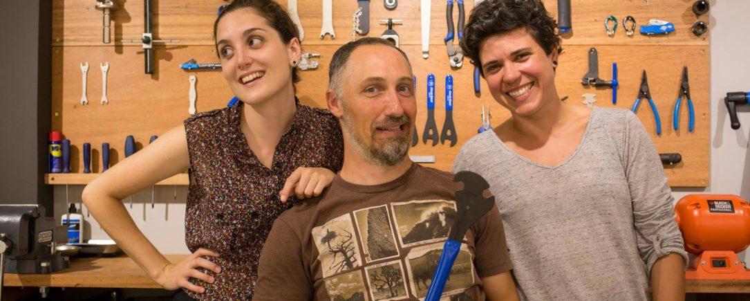 Rafaela, Giovani e Marcella no espaço que serve de ponto de encontro dos ciclistas (e das minas ciclistas) de Florianópolis.