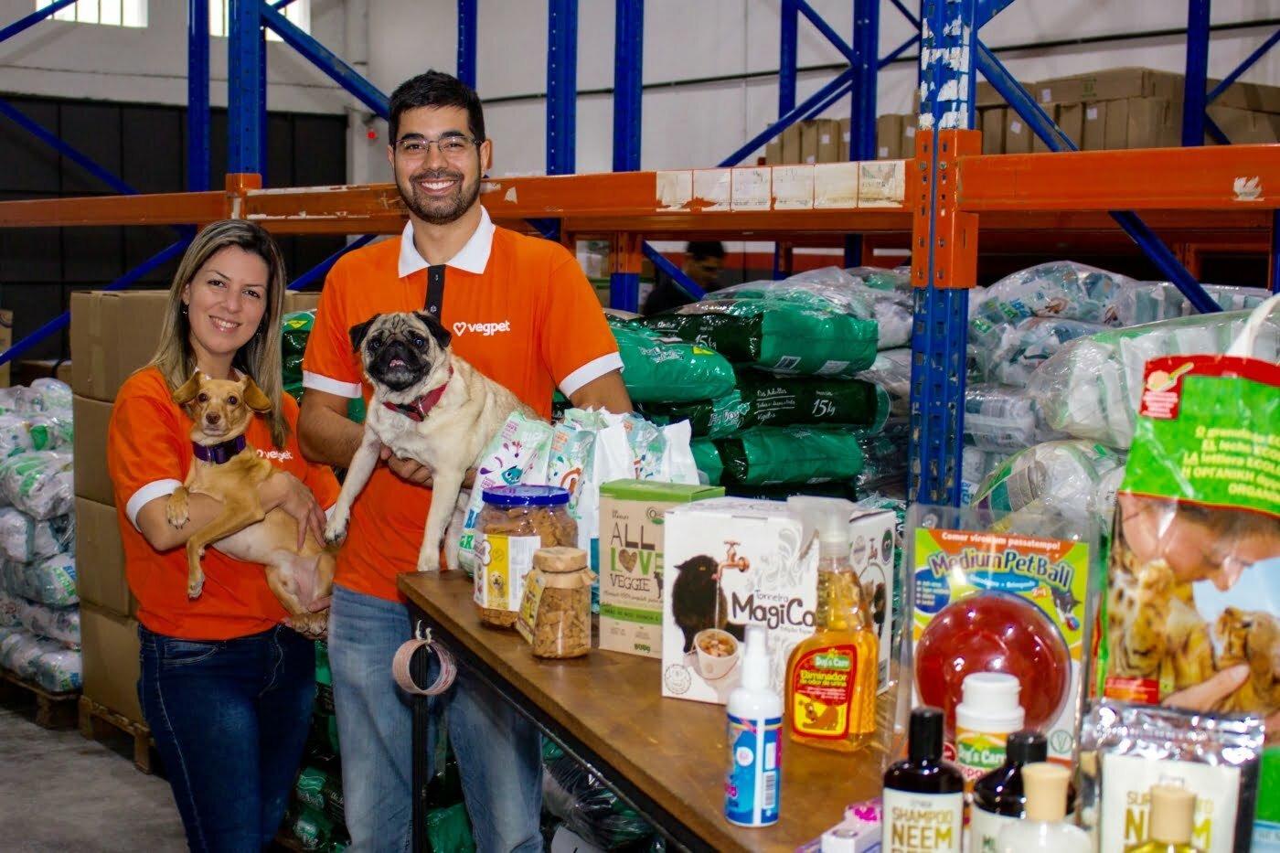 A VegPet vende produtos 100% vegetais, cruelty free, biodegradáveis e que tenham sido aprovados pelos pets do casal Victor e Thaís.