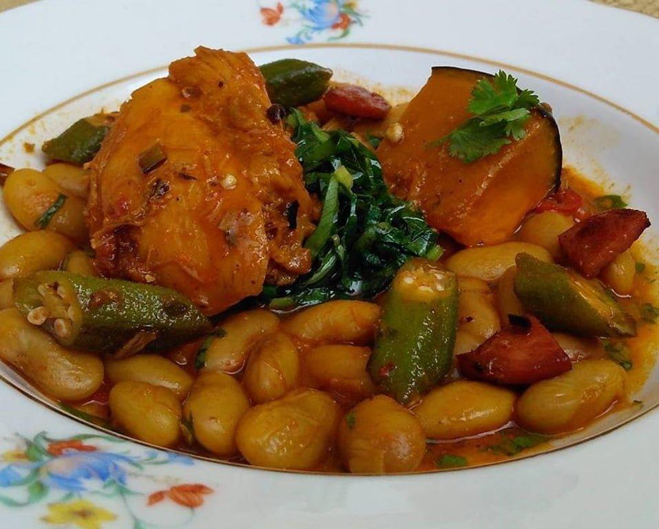 """Um dos pratos servidos no Kitanda Brasil: favas com abóbora assada, frango e quiabo. """"Comida conforto"""", como Tania costuma chamar."""