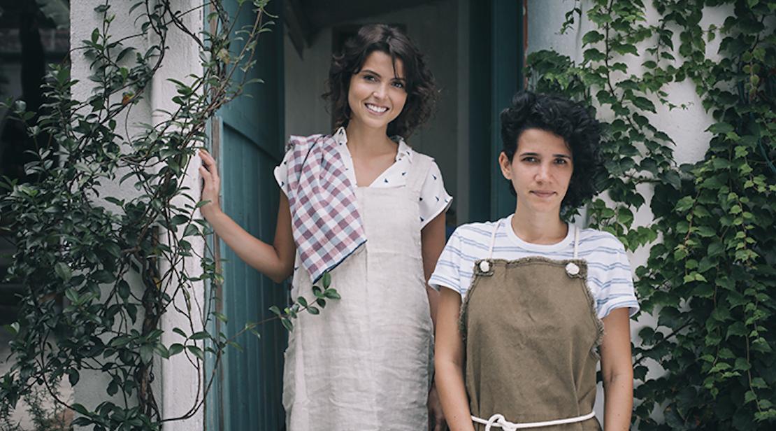 Larissa e Joanna queriam encontrar no Brasil os itens básicos e simples para a cozinha que viam em suas viagens ao exterior. Fizeram isso, sem deixar de colocar um toque nacional nos produtos. Deu certo.