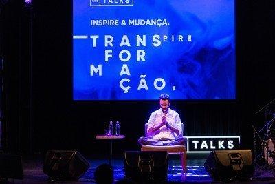 """O palestrante Gaura Nataraj """"travou"""" durante o ensaio véspera do evento. A solução foi adaptar a disposição dele no palco para deixá-lo mais à vontade (fotos: Fernando Cavalcanti)."""