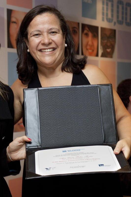 Ana exibe o certificado do programa 10.000 Mulheres da FGV/Goldman Sachs que mudaria sua vida.