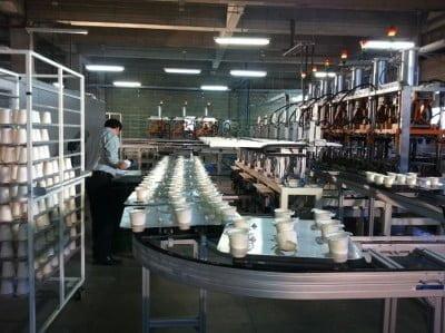 Linha de montagem da CBPak, que tem capacidade de produzir 2 milhões de bandejas e copos biodegradáveis por mês.
