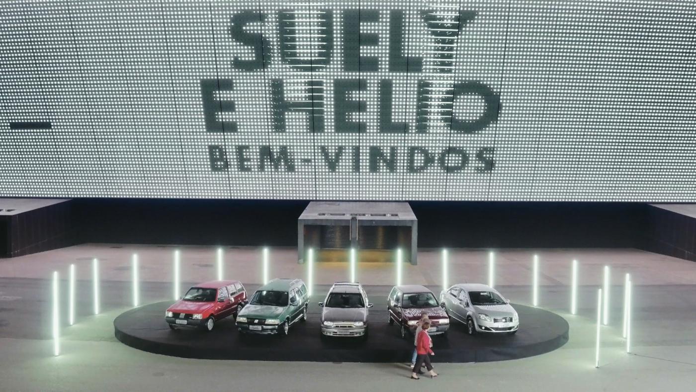 Em frente à Arena Corinthians, Suely e Hélio relembram carros que já tiveram.