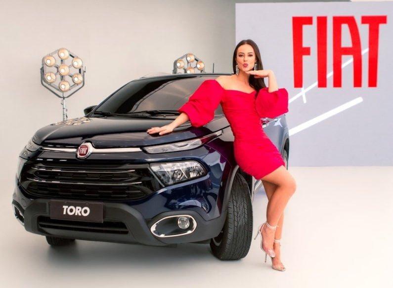 Vivi Guedes com o Fiat Toro