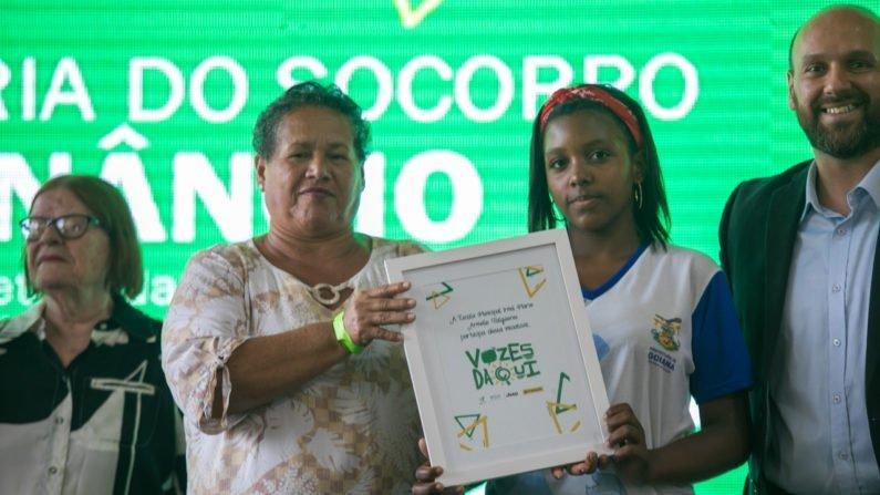 Representantes da Escola Irmã Marie Armelle Falguiéres recebem quadro simbolizando a participação no projeto.