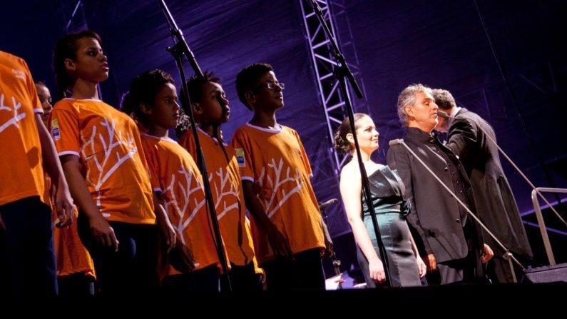 Jovens do Árvore da Vida se apresentam com Andrea Bocelli