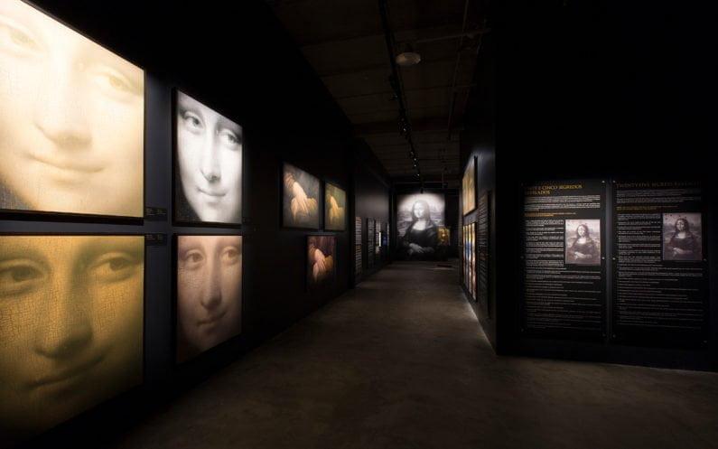 Mona Lisa projetada no museu