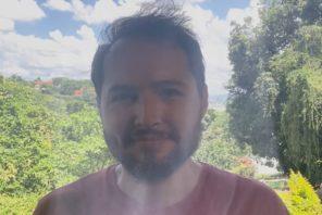 Daniel Schneider com sinal de fumaça