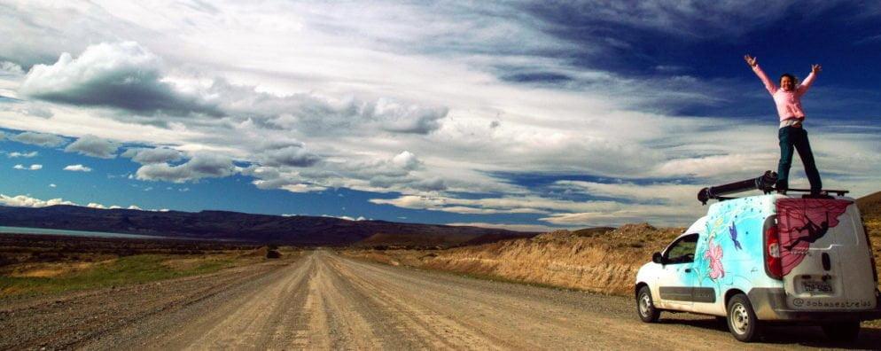 Camila Caggiano na estrada com seu Fiat Fiorino