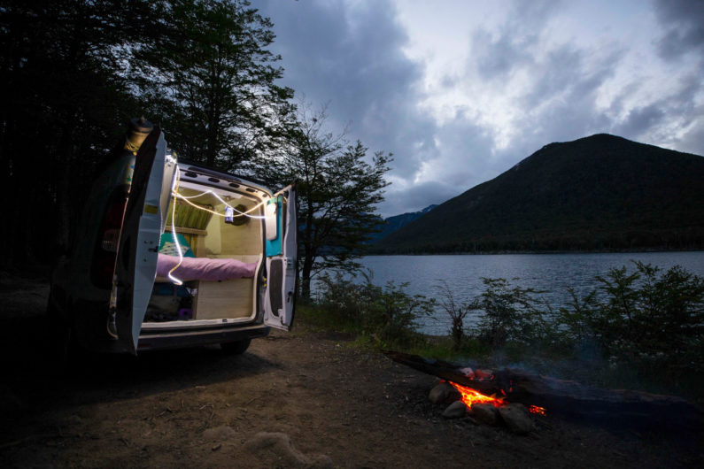 Fiorino às margens de um lago em Ushuaia