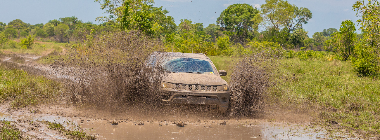 Jeep Compass na lama do Pantanal