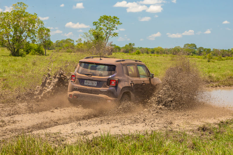 Jeep Renegade na lama do Pantanal