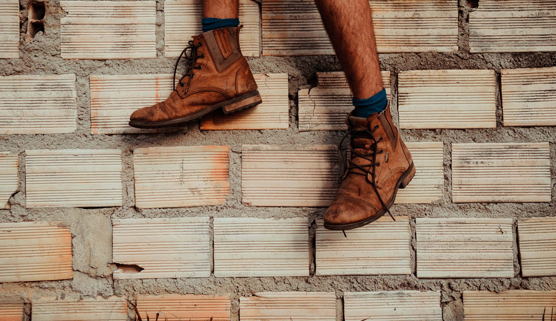 Originariamente, bootstraps são pequenas alças feitas de tiras de tecido e costuradas na parte traseira ou lateral de botas que, ao serem puxadas para cima, facilitam o calçamento