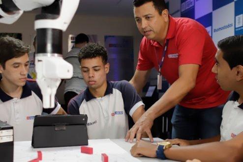 Alunos do SESI-PE comandam robô no lançamento do e.DO Learning Center
