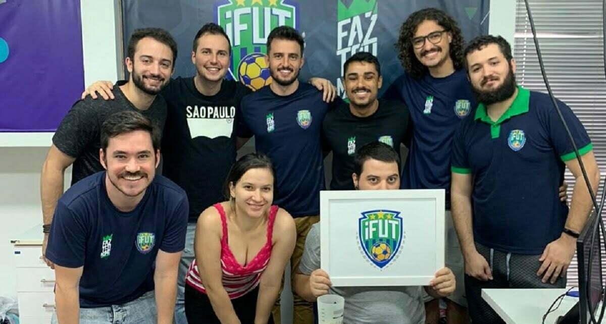 O time do iFut, incluindo os sócios (no centro), André (na ponta-esquerda, agachado) e Matheus (de camisa polo, à direita).