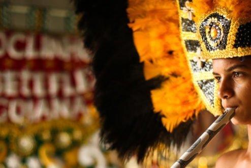 Jovem com fantasia no carnaval de Pernambuco