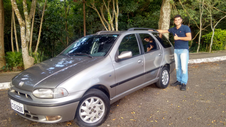 Robson Marsola ao lado de seu Fiat Palio Weekend Stile 1997