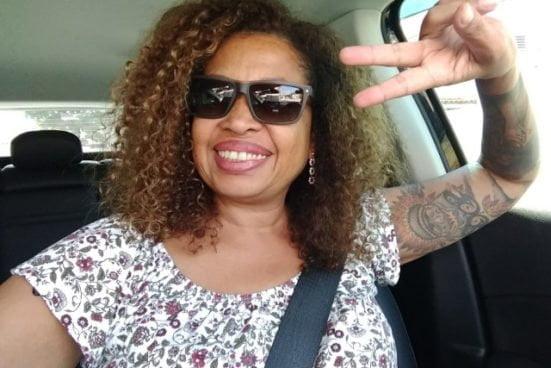 Esther Rose de Almeida em seu Jeep