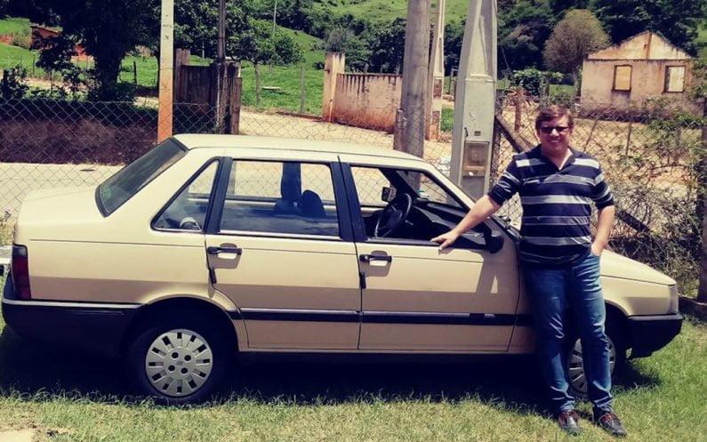 Eduardo Pereira com seu Fiat Prêmio 1989 totalmente original