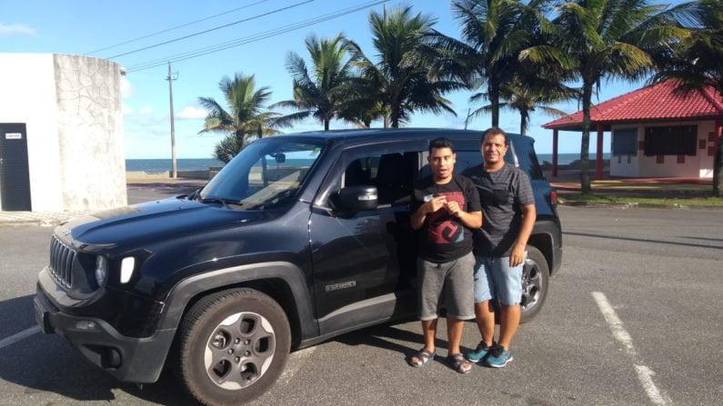 Edenilson e o filho, Anderson, ao lado do Jeep Renegade Sport