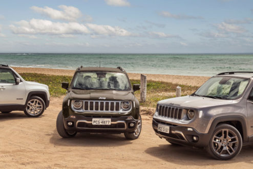 Jeep Renegade na areia da praia
