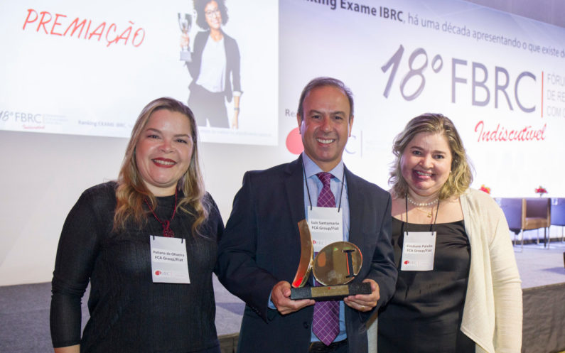 Luís Santamaria, diretor Mopar Latam, Cristiane Paixão, diretora-adjunta de Customer Care da FCA, e Poliana Zignago, supervisora de Customer Care, em premiação da Fiat no Ranking Exame IBRC