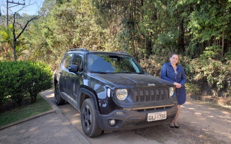 Maria Rodrigues com seu Jeep Renegade.